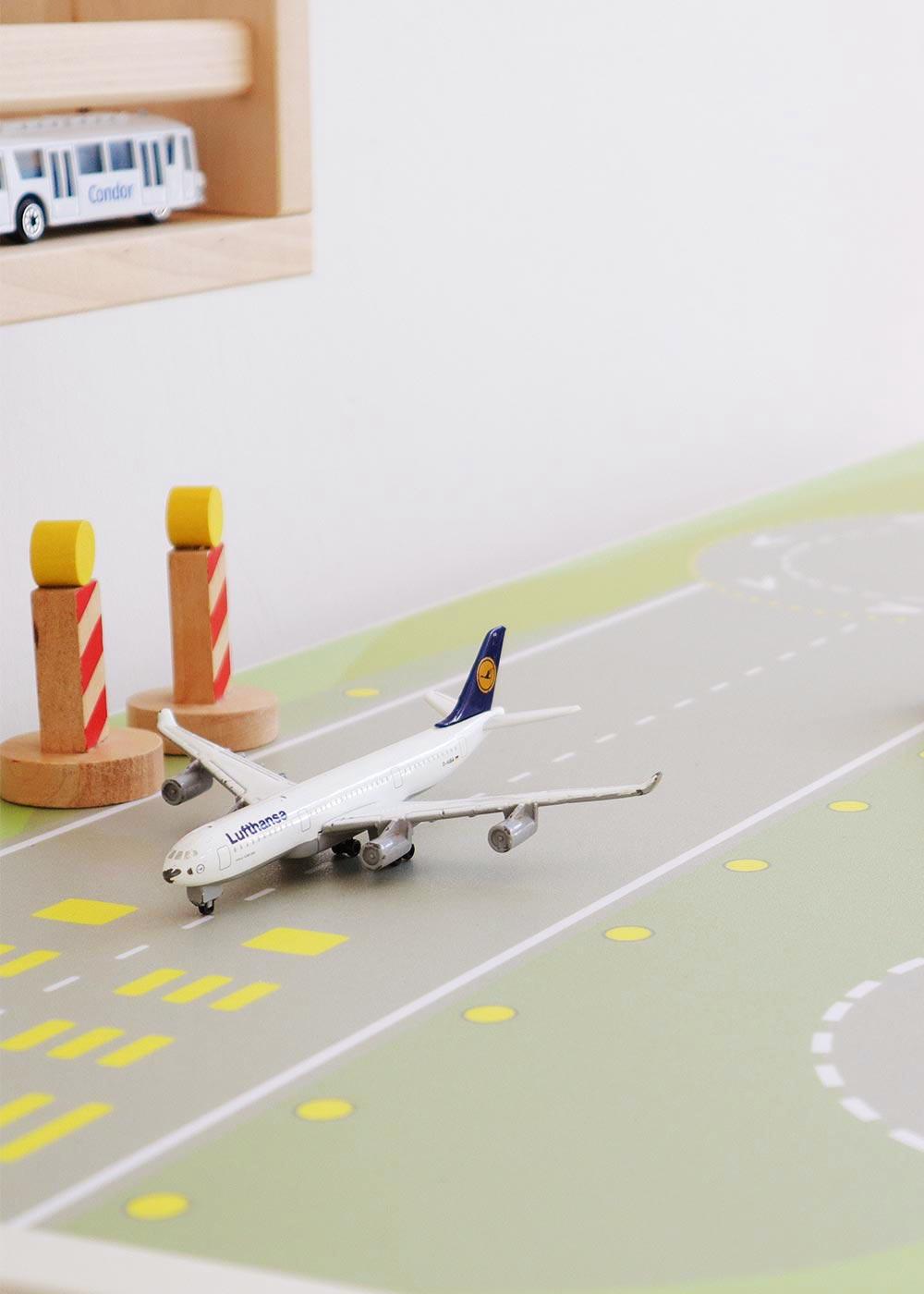 Ikea Dundra Spieltisch Landebahn Teilansicht Flugzeug
