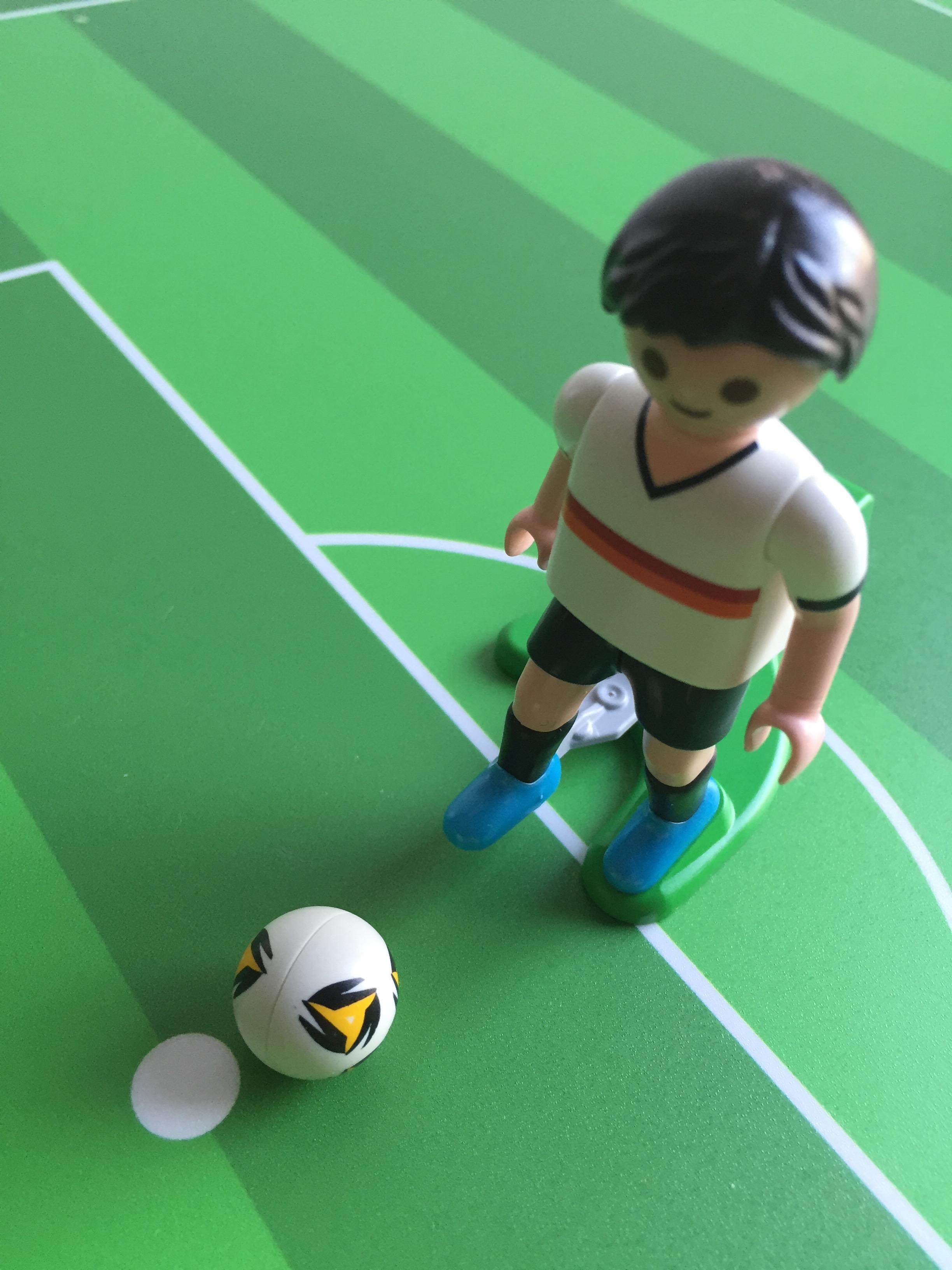Ikea Linmon Alex Kinderschreibtisch Fussballfeld grün Teilansicht Spieler