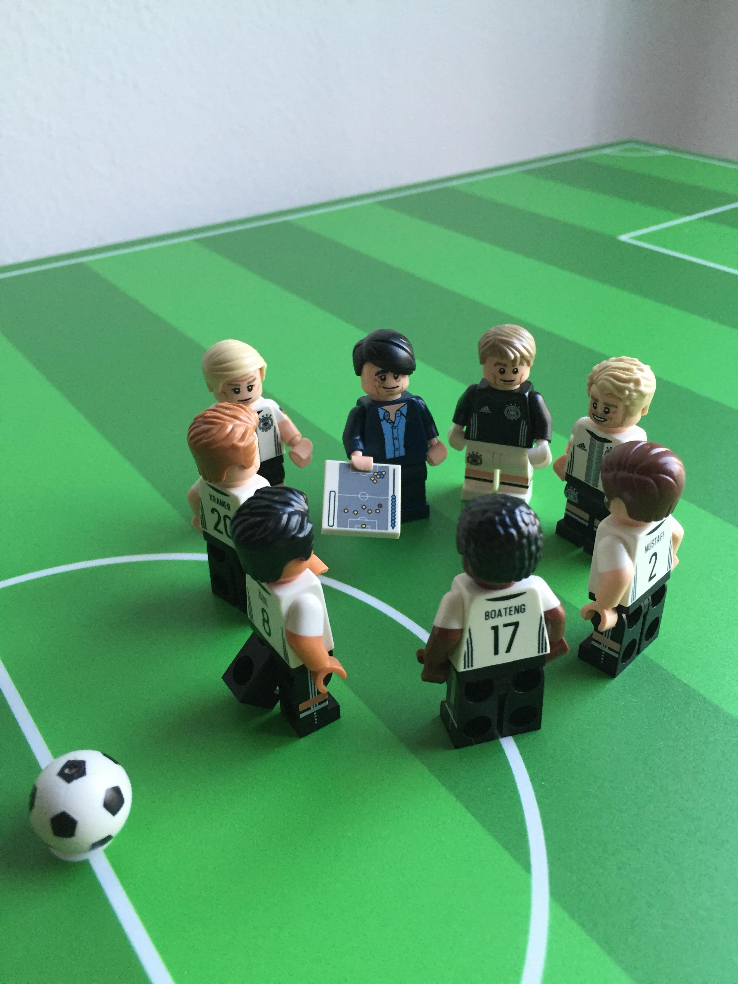 Ikea Lack Couchtisch Fußballfeld grün 78x118 Teilansicht Spielbeginn