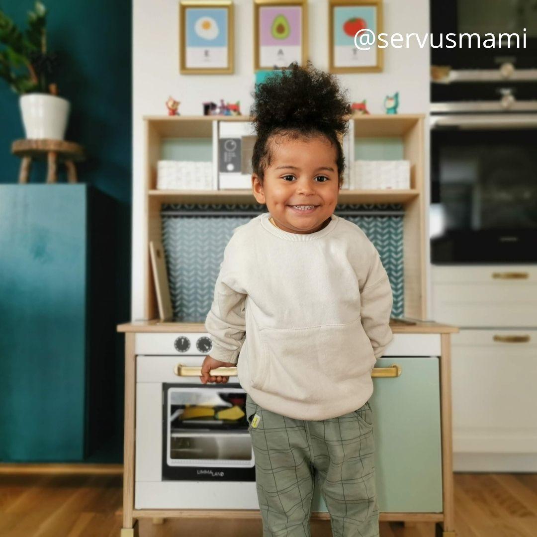 Kinderküche glückliches Kind