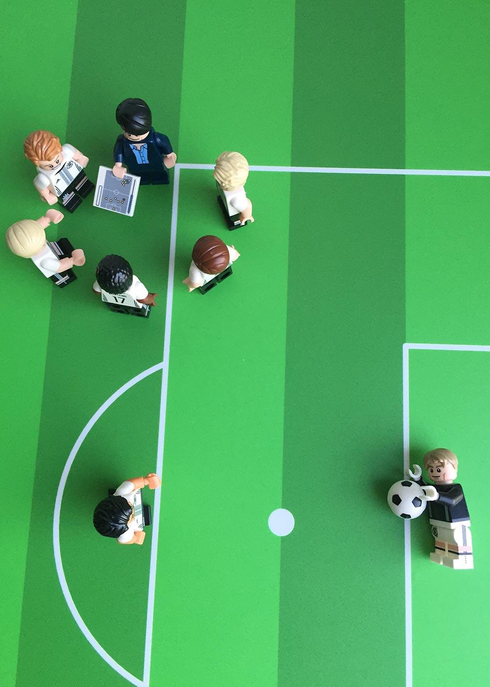Ikea Dundra Spieltisch Fussballfeld gün Teilansicht Lego Männchen