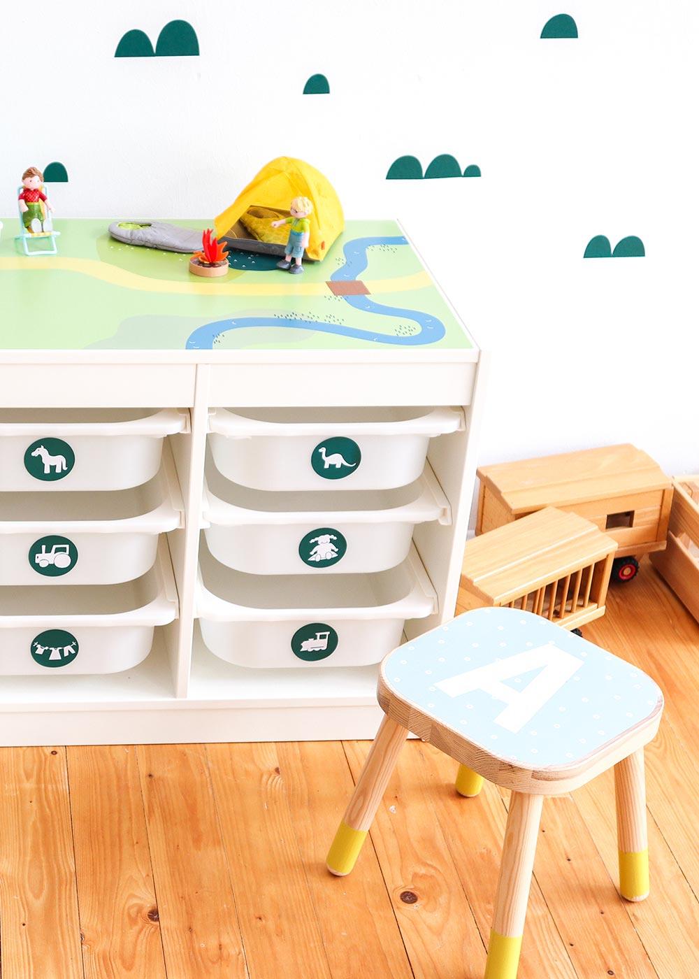 Ikea Trofast Regal Spielwiese Teilansicht mit Hocker