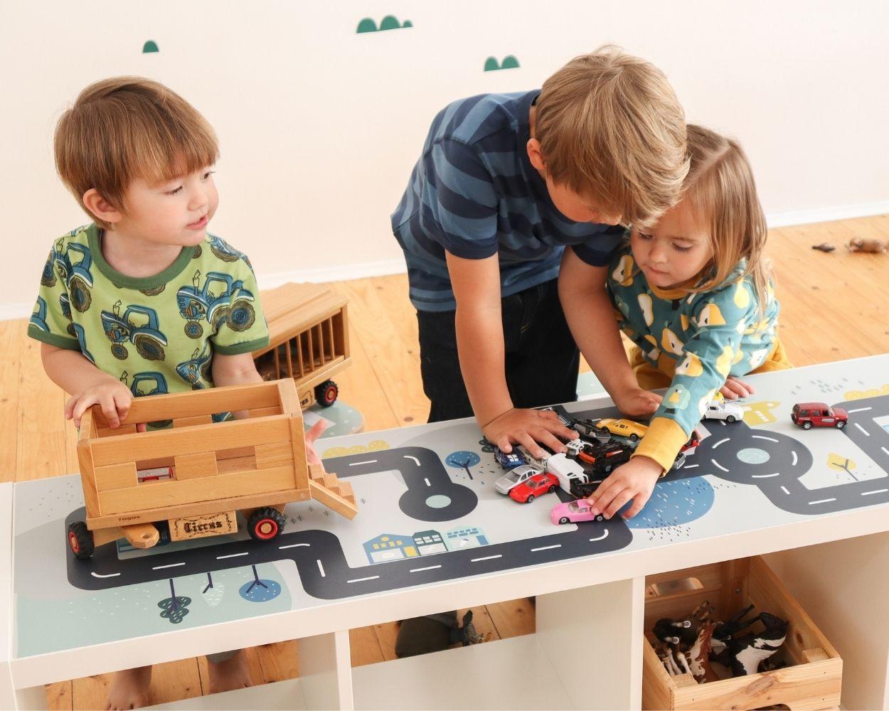 Spieltisch Klebefolie Smastraat mit Kindern